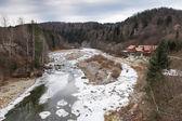 Winter bergfluss — Stockfoto