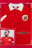 T-shirt with authentic autograph Eusebio — Stock Photo