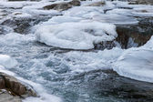 Berg rivier in de winter — Stockfoto