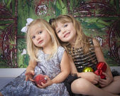 Two Sisters Posing for Christmas Pictures — Stok fotoğraf