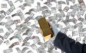 El ve dolar altın külçesi — Stok fotoğraf