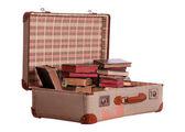 Vecchia valigia ripieno di vecchi libri — Foto Stock