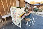 Piano jugando al aire libre. — Foto de Stock