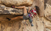 Female climber gripping the rock. — Stock Photo