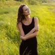 Beautiful girl walks in high grass — Foto de Stock