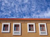Edificio y el cielo — Foto de Stock
