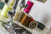 Patka šicí stroj s barevnými nitěmi — Stock fotografie