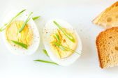 Boiled egg with sliced onion and sourdough toast — Stock Photo