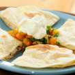 Chicken quesadilla with salsa and sour cream — Stock fotografie