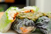 Emballée en papier de riz poulet aux vermicelles et un pe thaïlandais — Photo