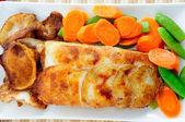Kartoffel gewickelt Heilbutt Fischfilets — Stockfoto