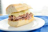 Biftekli sandviç İsviçre peyniri ve domates ile — Stok fotoğraf