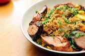 Carne de porco salteados com arroz sujo e legumes frescos — Fotografia Stock