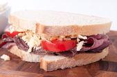 Dilimlenmiş etli sandviç peynir ve domates ve lahana salatası ile — Stok fotoğraf