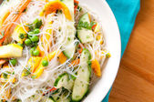 Cool, healthy and refreshing mango and noodle summer salad — 图库照片