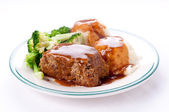 Delicious meatloaf with mashed potatoes, gravy and fresh vegetab — Foto Stock