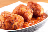 Gooey macaroni and cheese balls with marinara sauce — Stock Photo