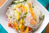 Cool, healthy and refreshing mango and noodle summer salad — Stock Photo