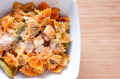 Bowtie pasta with chicken and fresh tomatoes in a creamy but hea — Foto Stock