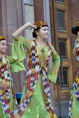 Uzbek dancers in national clothes — Stock Photo