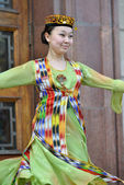 Uzbek dancer in national clothes — Stock Photo
