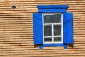 Fenêtre rustique avec des volets — Photo