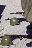 Helmen en geweren lag op de grond — Stockfoto