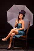 Элегантная женщина в шляпе, холдинг Белый зонтик — Стоковое фото