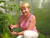 The woman holds an eggplant — Stock Photo