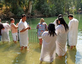 Israel Pilgrims prepare for ablution in holy waters of the Jordan River — Stock Photo