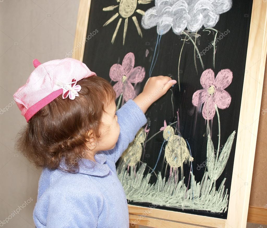 La bambina disegna pezzi di colore di gesso su cavalletto for Disegna i piani domestici online