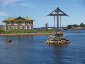 Navigation cross in the Wellbeing bay. Solovetsky Islands — Stock Photo