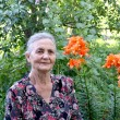 Portrait of the elderly woman in a garden — Foto de Stock
