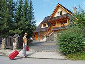 The tourist goes to a country house to Zakopane, Poland — Stock Photo