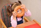 Das kleine mädchen spielt über beim essen — Stockfoto