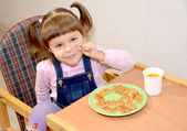 The cheerful girl behind a mid-morning snack — Stock Photo