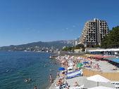 Crimea, Yalta. View of the beach and the black sea coast — Stock Photo
