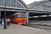 The locomotive approaches to the platform of the Youzhny station — Stockfoto