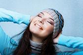 Glückliche frau auf blauem hintergrund der schneebedeckten — Stockfoto
