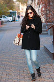 It woman on street with phone — Stock Photo