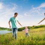 gelukkige familie plezier buitenshuis — Stockfoto #20088583