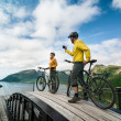 Foto Stock: Two cyclists relax biking