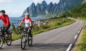 Dos ciclistas relajarse ciclismo — Foto de Stock