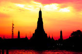 Cityscape of Wat Arun temple in dusk time silhouette — Stock Photo