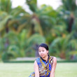 Asian woman sit on ground in park — Stock Photo