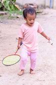 девочка играет с ракеткой — Стоковое фото