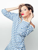 Studio portret van een expressieve meisje in shirt — Stockfoto