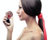 一个女孩用镜子的孤立的肖像 — 图库照片