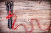Wraped červenou stuhou kolem Vanilkové lusky — Stock fotografie
