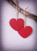 Iki kırmızı ahşap kalp — Stok fotoğraf